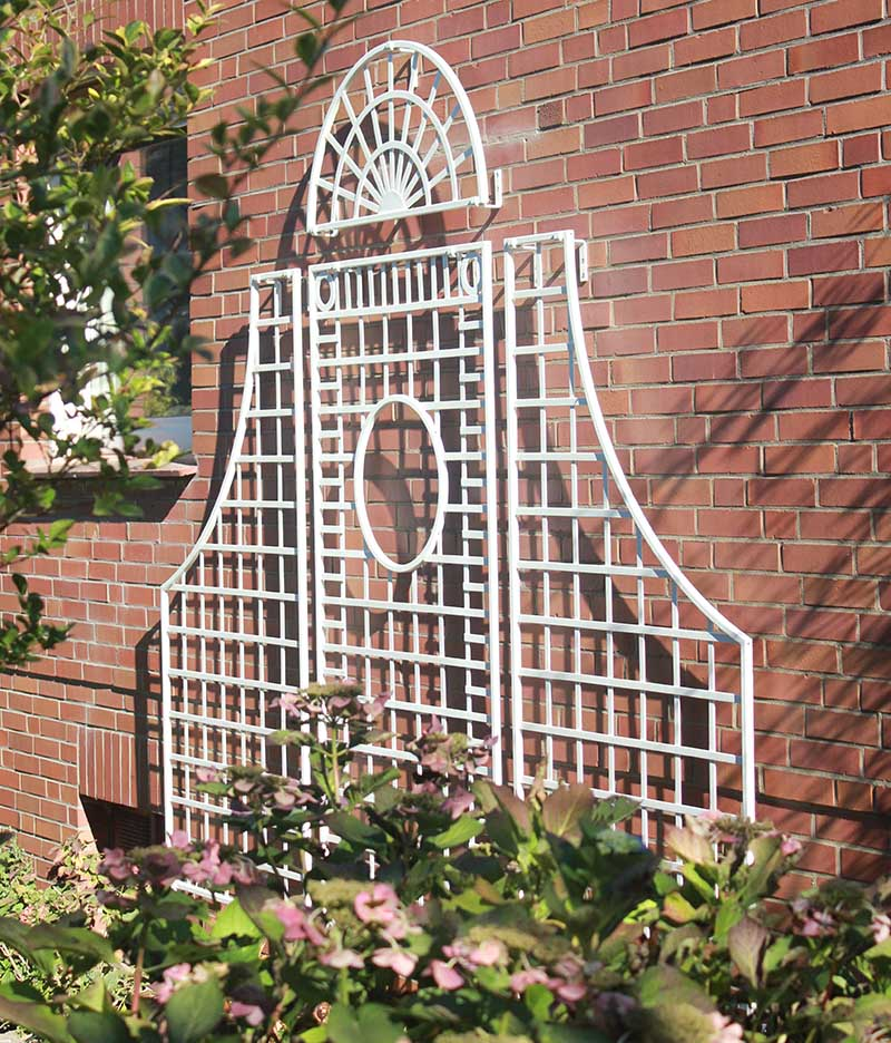 Seitliche-Aufnahme-des-Knebworth-Gitterspalier-aus-Metall
