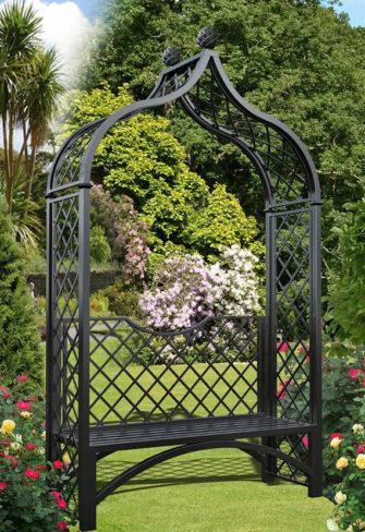Viktorianischer Rosenbogen mit Gartenbank
