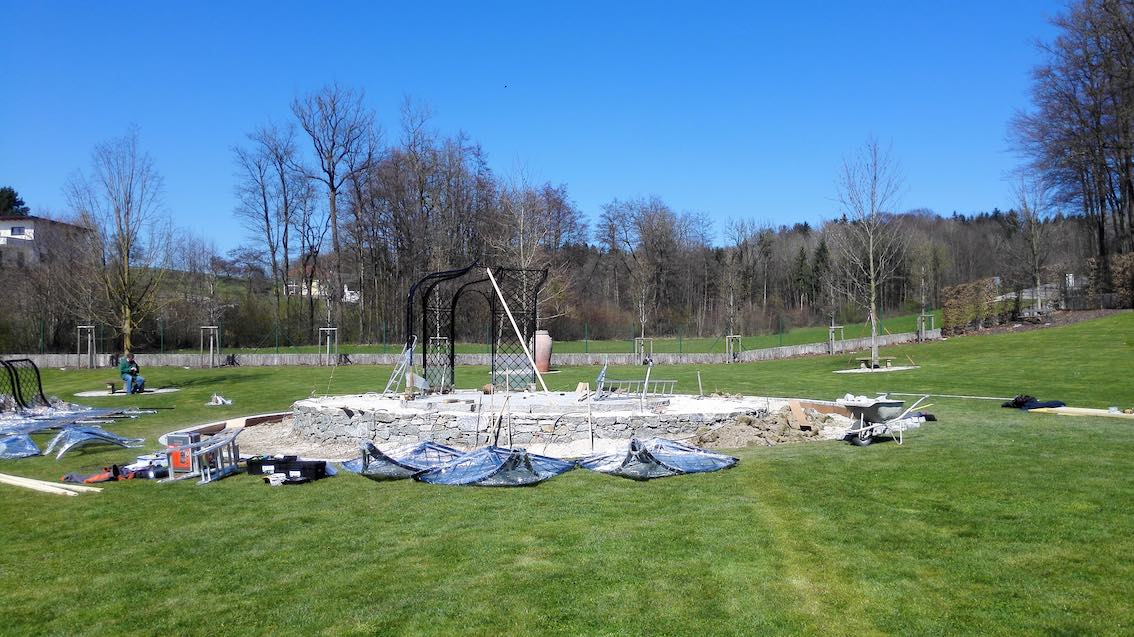 Vorbereitung Aufbau Metall Rosenpavillon