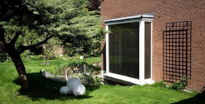 Wandgitter Bauhaus Schwarz 200 x 100 cm aus Metall an Hauswand