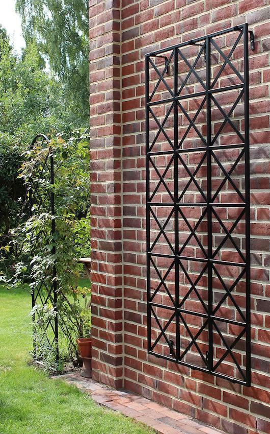 a-Wandspalier-aus-Metall-Rankhilfe-Ravenna-an-roter-Klinkerwand