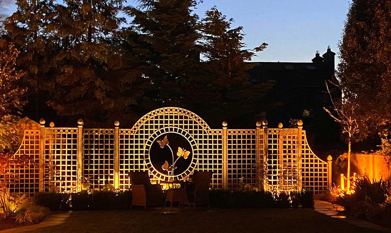 Abendlicht über dem Trianon Rosen Treillage Set