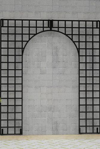 Eastnor Castle - Modernes Metall Wandgitter an Betonfassade