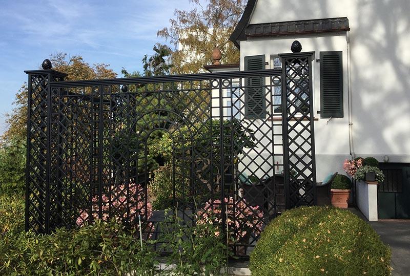 Eleganter Metall Zaun einer Gründerzeit Villa