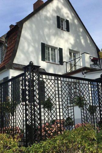 Hochwertiger Kunstschmiede Zaun rahmt eine Terrasse