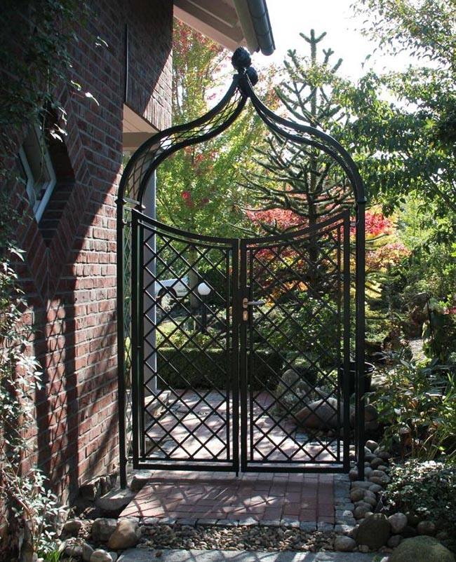 Kunstschmiede Rosenbogen mit Gartentüre