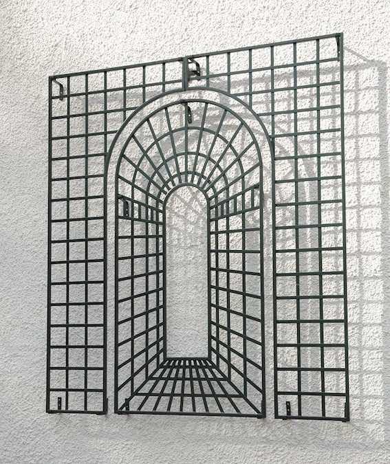 Kunstschmiede-Wandgitter-an-Fassade Metall