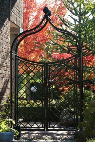 Massiver Rosenbogen aus Metall mit Doppeltor