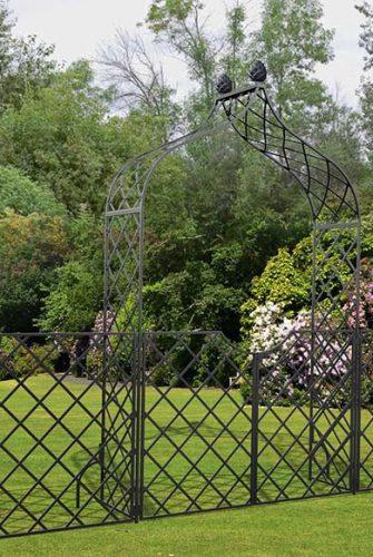 Rosenbogen Kiftsgate mit Tür und Zaun