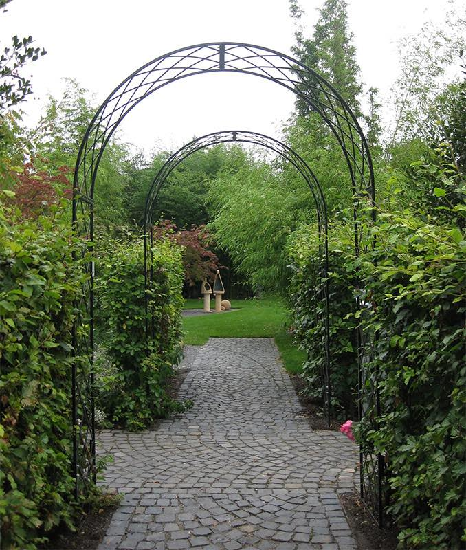 Rosenbogen als Durchgang im Garten