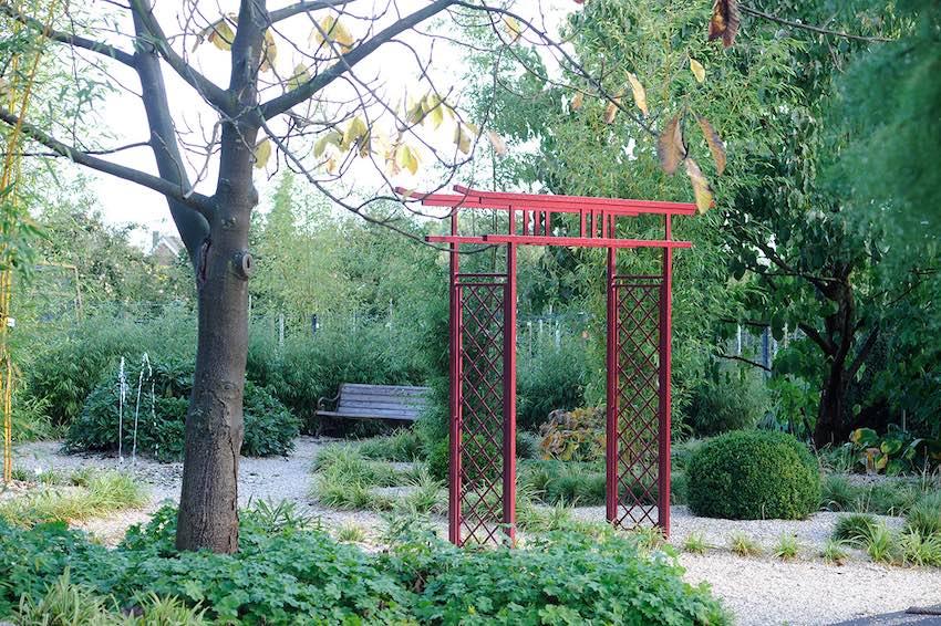 Roter japanischer Torbogen für den Garten
