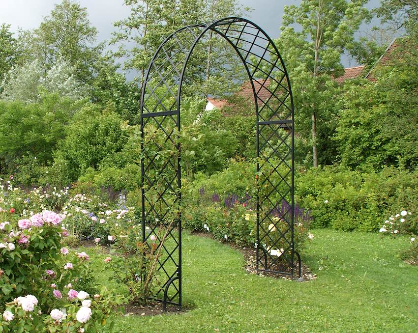 Schwarzer breiter und hoher Rosenbogen aus Metall mit Clematis bewachsen