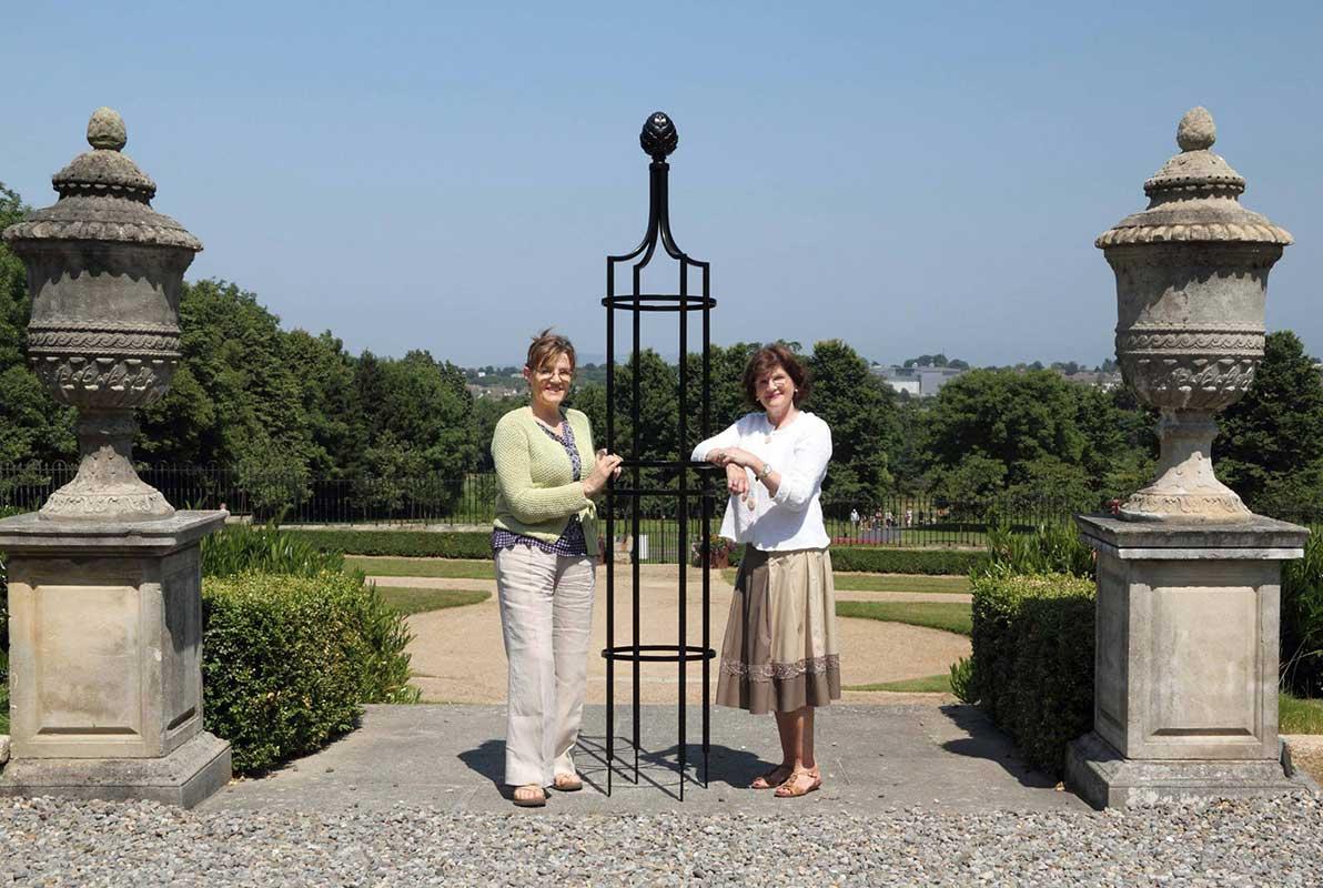 Stolze Besitzerinnen eines Garten Obelisk I