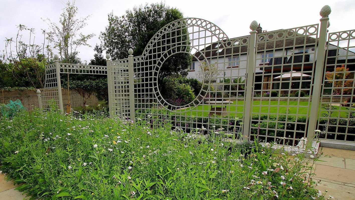 Trianon Rosen Treillage Set in irischem Privatgarten
