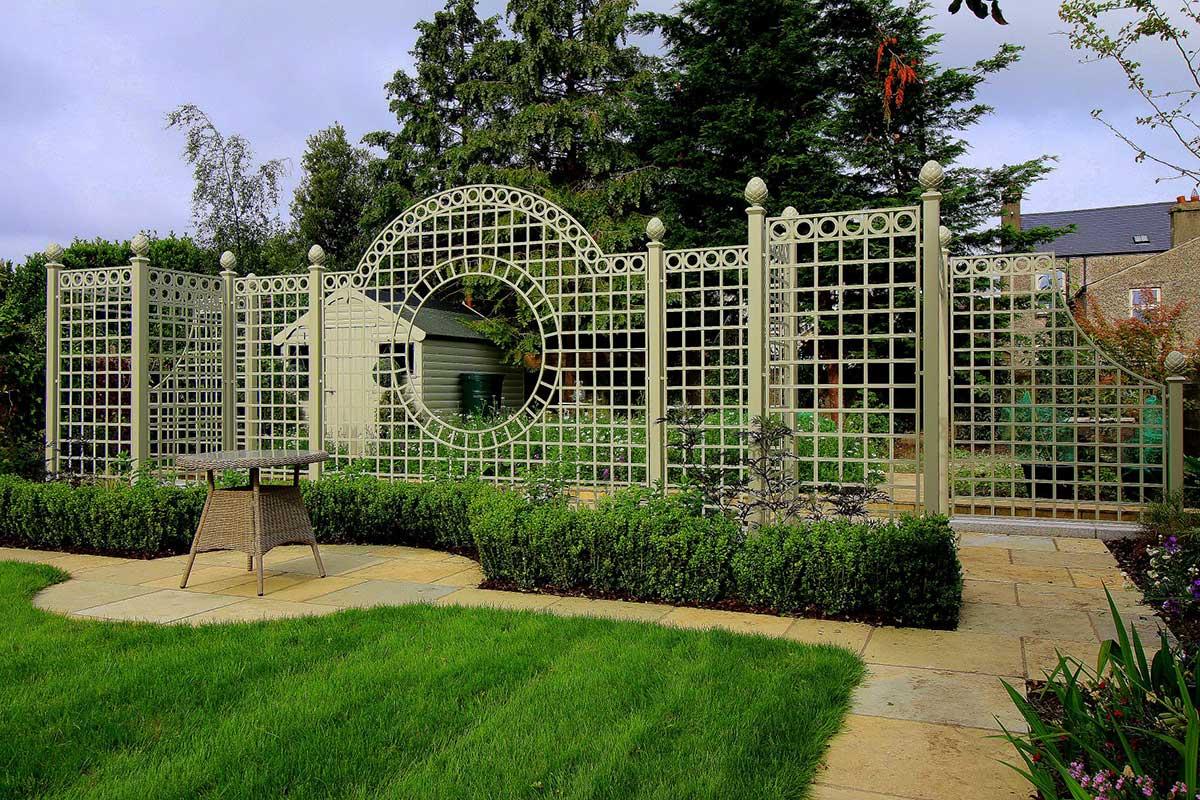 Trianon Treillage Set in irischem Privatgarten