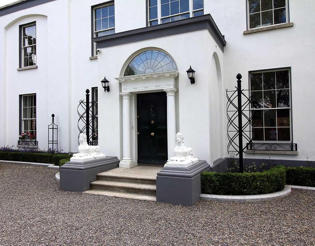 Zwei Rosensäulen Charleston flankieren Entrée eines Herrenhauses
