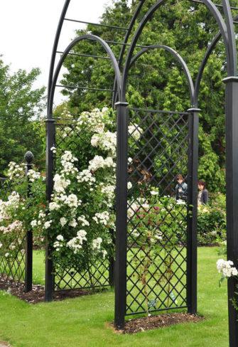 Dreiteiliger Metall Hochzeitsbogen mit weissen Ramblerosen