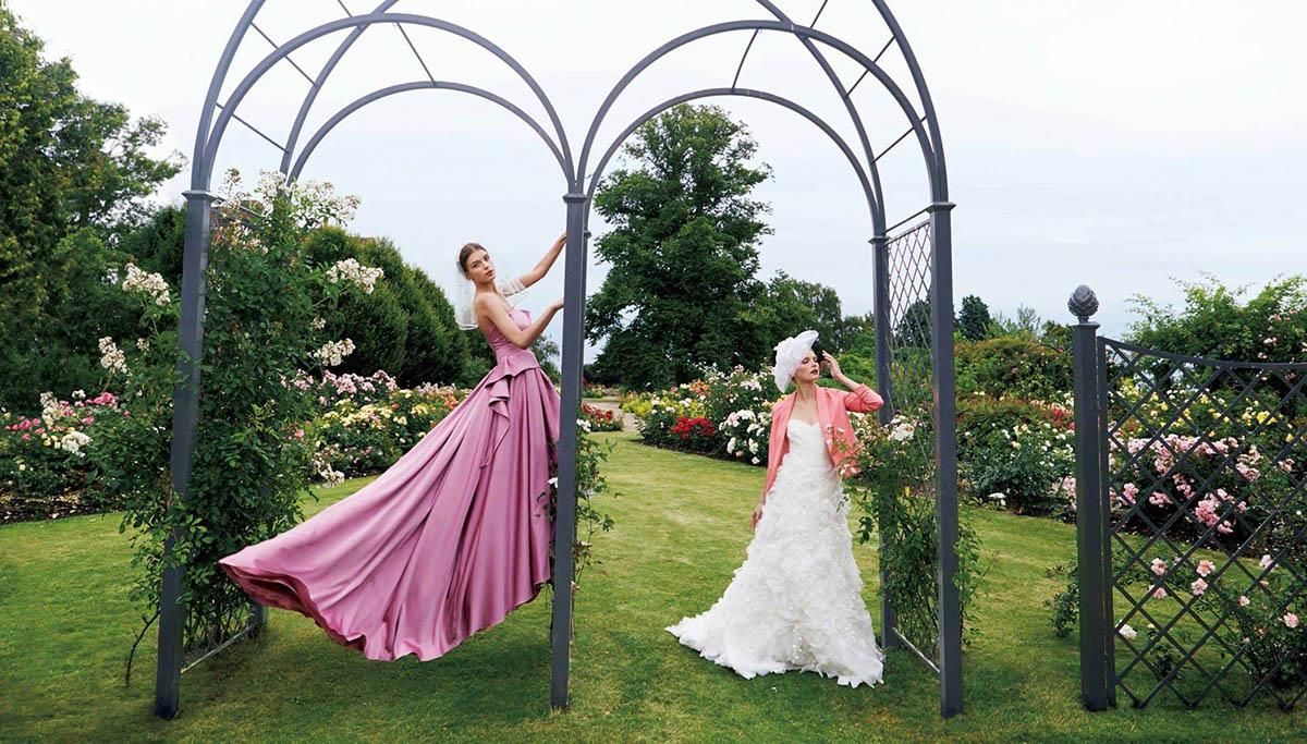 Dreiteiliger Metall Hochzeitsbogen mit zwei Modells für Brautmode
