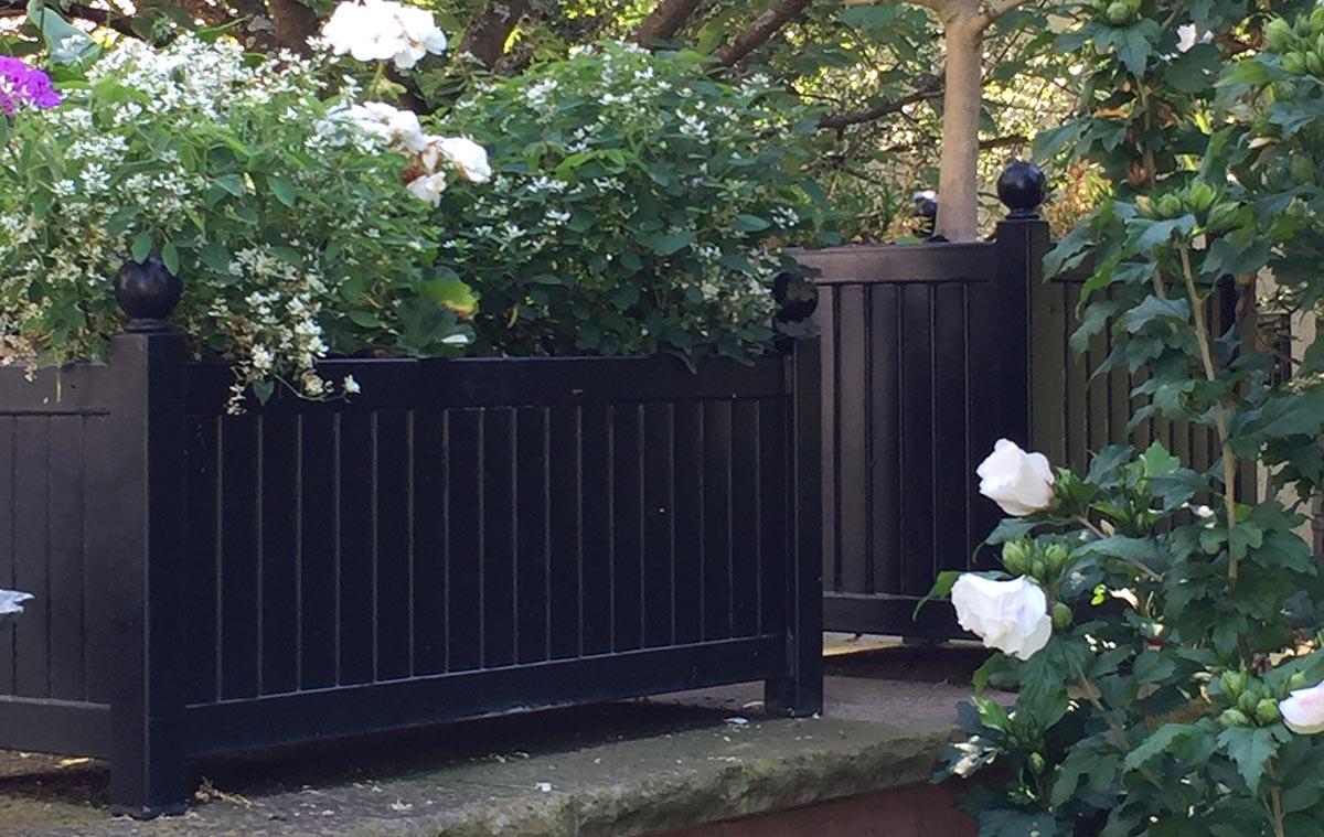 Lange Versailler Pflanzkübel aus Metall mit Frühlingsbepflanzung