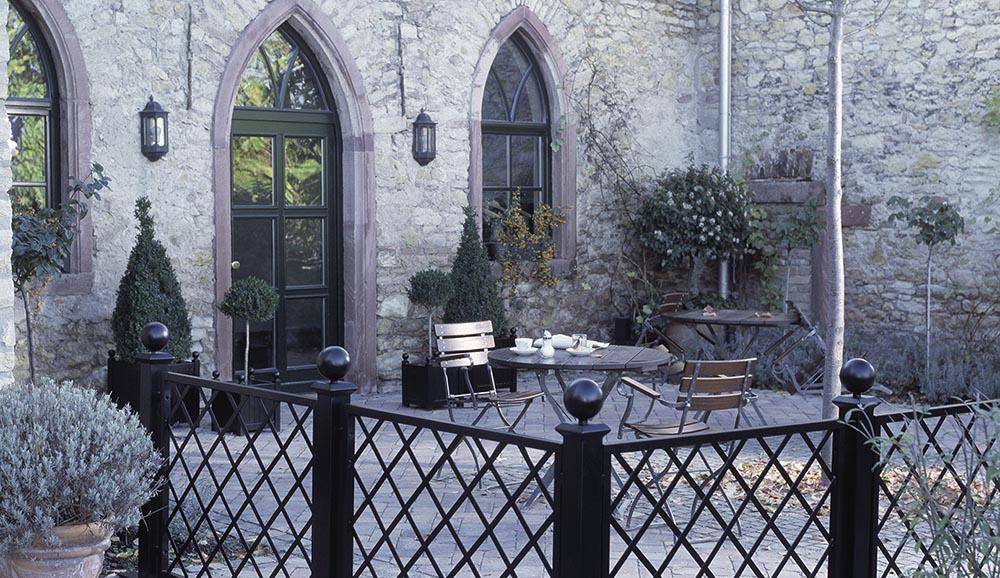 Versailler Pflanzkübel aus Metall auf einer Café Terrasse