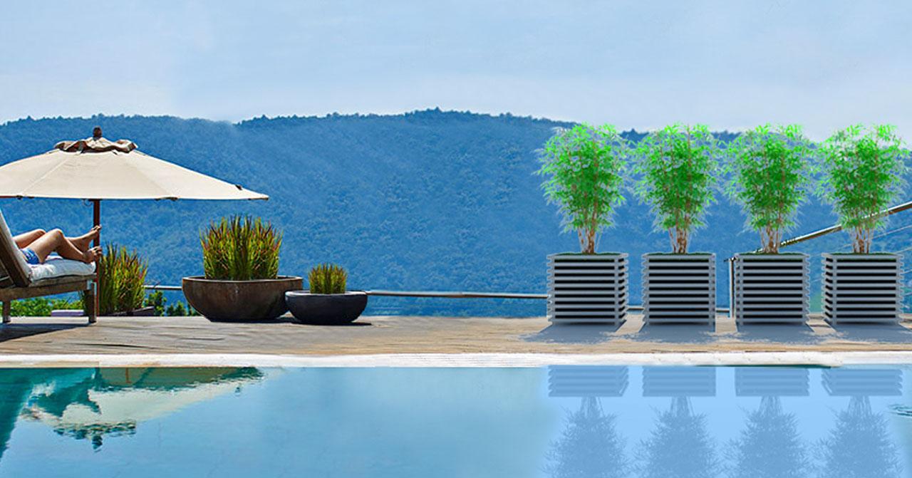 Vier hellgraue IBIZA Modern Pflanzkübel aus Metall an einem Pool mit Aussicht. Von Classic Garden Elements.
