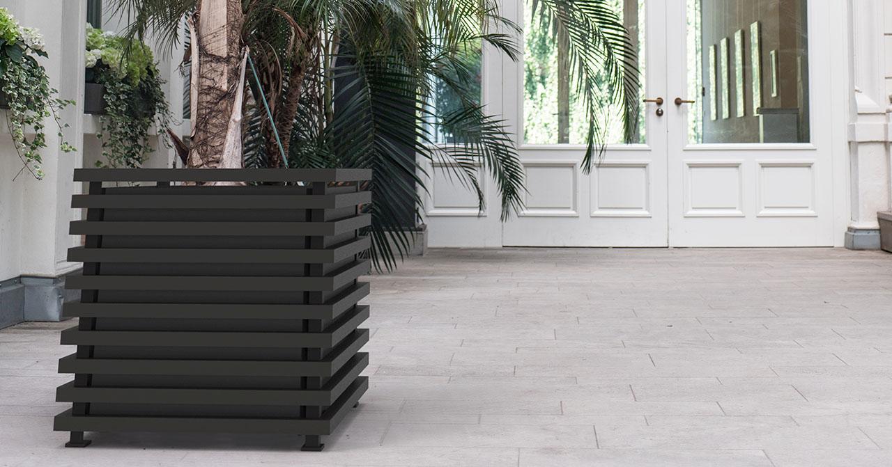 Hochmoderner IBIZA Pflanzkübel aus Metall in einer Eingangshalle. Hersteller Classic Garden Elements.