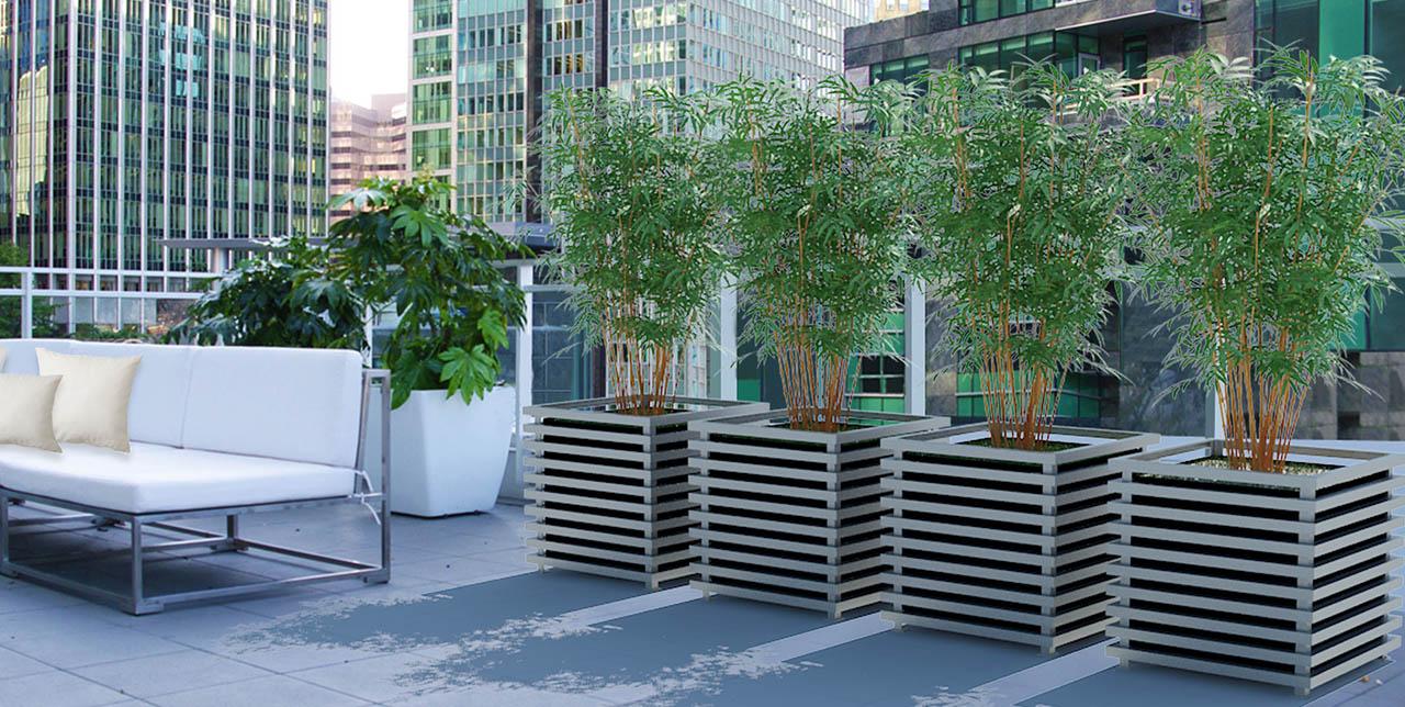 Vier hellgraue IBIZA Modern Pflanzkübel aus Metall auf New Yorker Hochhaus Dachterrasse.