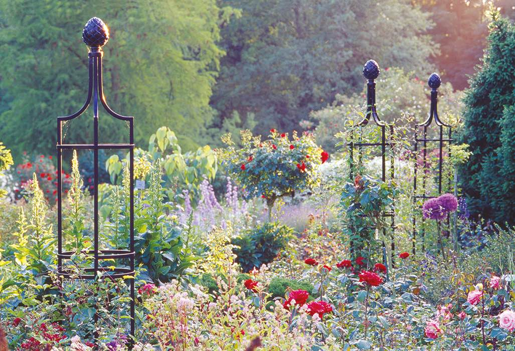 Runde Rankobelisken aus Metall mit Pinienzapfen Finial stützen Rosen