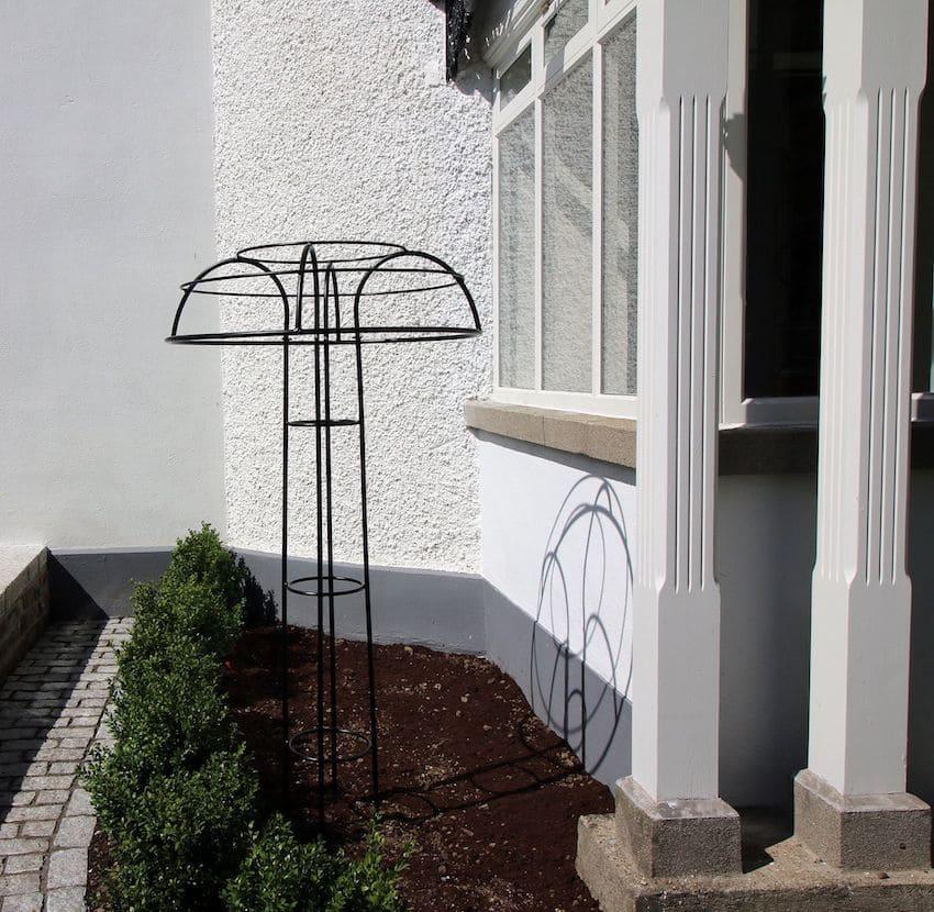 Rosenschirm Giverny Metall vor Villa