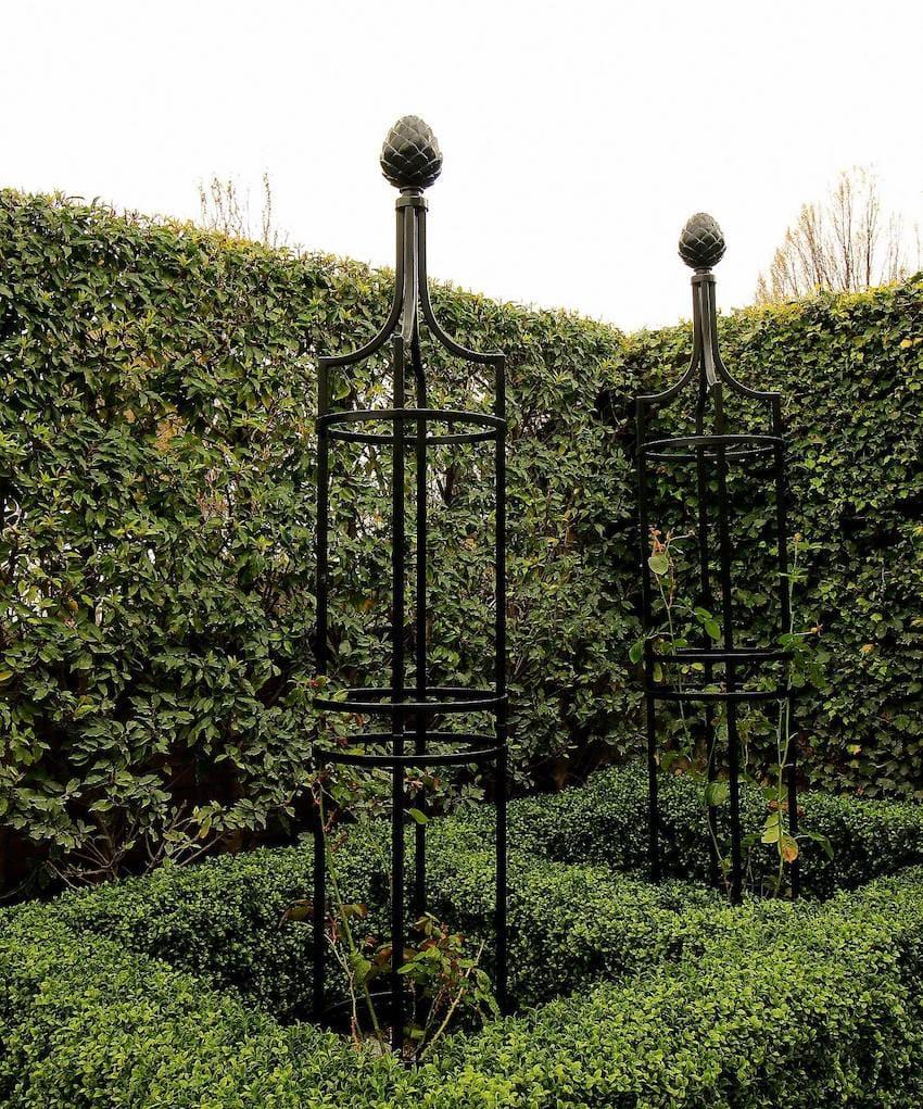 Schwarze Metall Obelisken