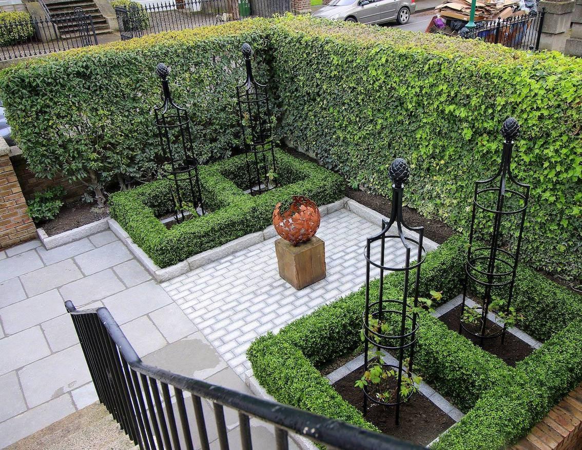 Vier schwarze Metall Rank Obelisken im Vorgarten