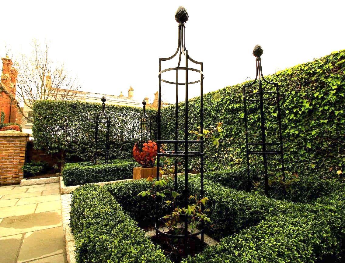 kunst im Vorgarten durch Rosen Obeliksen