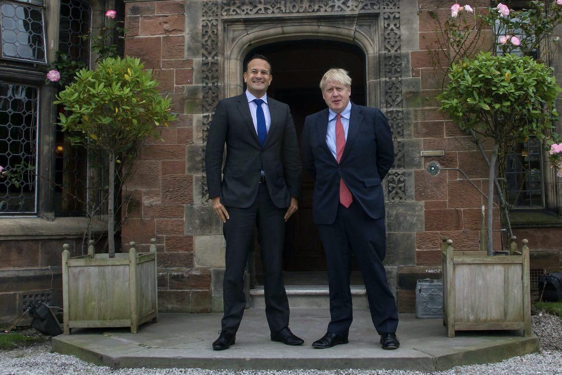 Boris Johnson & Leo Varadkar neben Pflanzkübel
